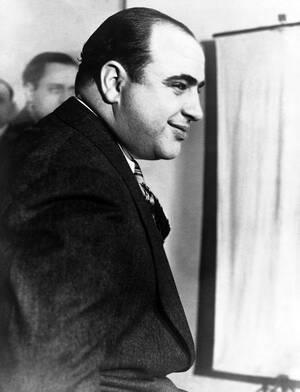 1931, Νέα Υόρκη.  Ο περιβόητος αρχηγός της Μαφίας, Αλ Καπόνε.