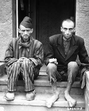 1945, Λάγκερ Νορντχάουζεν.  Δύο άντρες κοιτούν το φακό την ημέρα που ο αμερικανικός στρατός απελευθέρωσε το στρατόπεδο συγκέντρωσης στο οποίο κρατούνταν, στη Γερμανία. Στο στρατόπεδο οι Αμερικάνοι βρήκαν 4.000 ανθρώπους κρατούμενους. Ήταν όλοι τους σε άθ