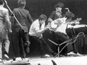 1967, Ζυρίχη. Την ώρα που ο Μικ Τζάγκερ και οι Rolling Stones βρίσκονται επί σκηνής, μερικοί νεαροί ανεβαίνουν σε αυτήν και αρχίζουν να του τραβάνε τα ρούχα, σκίζοντάς του το πουκάμισο. Οι συναυλίες του συγκροτήματος προκαλούν υστερία στο κοινό σε όλη τη
