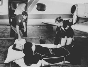 1978, Ατλάντα.  Ο Λάρι Φλιντ, ιδιοκτήτης του περιοδικού Χάσλερ, μεταφέρεται με φορείο, μετά την απόπειρα κατά της ζωής του.
