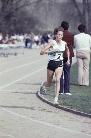 1984, Ντάρφορντ, Κεντ.  Η 17χρονη Ζόλα Μπαντ τρέχει τα 3.000 μέτρα, κάνοντας το ντεμπούτο της με τα χρώματα της Αγγλίας. Η Μπαντ κατέχει ήδη το παγκόσμιο ρεκόρ στα 5.000 μέτρα και έχει μόλις πάρει τη βρετανική υπηκοότητα προκειμένου να μπορέσει να πάρει
