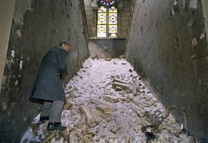 1993, Σαράγιεβο.  Ο υποδιευθυντής της Εθνικής Βιβλιοθήκης του Σαράγιεβο κοιτάει ότι έχει απομείνει από το ιστορικό κτήριο, στο οποίο περισσότεροι από 2 εκατομμύρια τόμοι καταστράφηκαν κατά τη διάρκεια των βομβαρδισμών. Το ίδιο το κτήριο υπήρξε ένα από τα