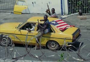 1996, Μονρόβια.  Ένα αυτοκίνητο με τη Λιβεριανή σημαία και πλισμένους άντρες επιβαίνοντες σε αυτό, περνάει έξω από την αμερικανική πρεσβεία στη Μονρόβια της Λιβερίας. Πάνω από 60.000 άνθρωποι έχουν φύγει από την πόλη στην προσπάθειά τους να σωθούν από τι
