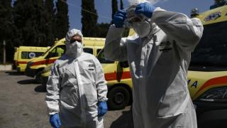 Κορωνοϊός: Καρέ-καρέ η μάχη του ΕΚΑΒ κατά του ιού