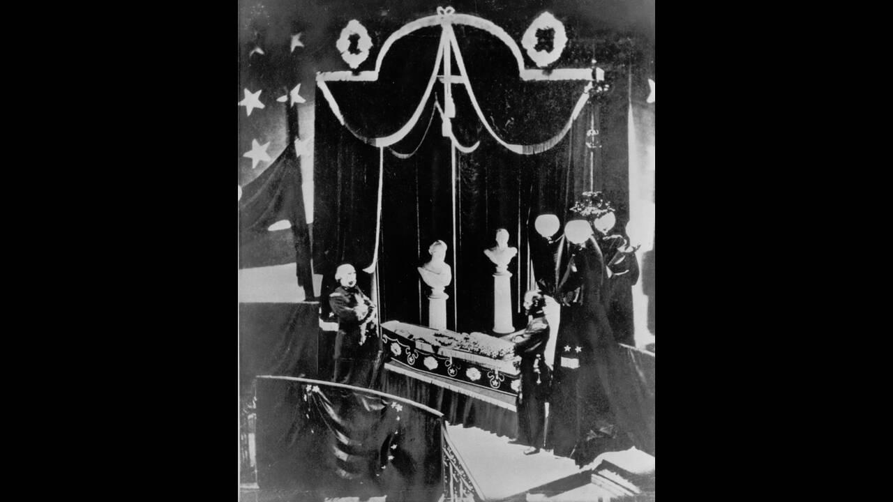 1865, Ουάσινγκτον.  Η σορός του Αβραάμ Λίνκολν, εκτίθεται στο Λευκό Οίκο για λαϊκό προσκήνημα, πριν ταφεί.