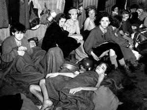 1945, Μπέργκεν Μπέλσεν.  Περίπου 40.000 άντρες, γυναίκες και παιδιά βρέθηκαν σε τραγική κατάσταση στο στρατόπεδο συγκέντρωσης του Μπέργκεν Μπέλσεν από του Αμερικανούς στρατιώτες που μπήκαν σε αυτό.