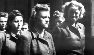 1945, Μπέργκεν Μπέλσεν.  Κάποιες από τις γυναίκες φρουρούς, μέλη των S.S., που συνελήφθησαν κατά τη διάρκεια της απελευθέρωσης του στρατοπέδου από τους Αμερικάνους.