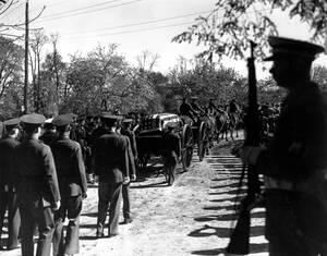 1945, Νέα Υόρκη.  Η σορός του Φρανκλίνου Ρούσβελτ, σκεπασμένη με μια αμερικανική σημαία, οδεύει προς την τελευταία της κατοικία, στο Χάιντ Παρκ, της Νέας Υόρκης. Ο Ρουσβελτ γεννήθηκε στο Χάιντ Παρκ, το 1882.