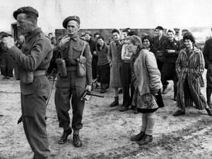 """1945, Μπέργκεν Μπέλσεν.  Μια νεαρή γυναίκα φωνάζει στους Αμερικανούς στρατιώτες, που μόλις έχουν απελευθερώσει τοι στρατόπεδο και έχουν συλλάβει τους Γερμανούς φρουρους του: """"Σκοτώστε τους, μην τους κοιτάτε και σκοτώστε τους, όπως αυτοί σκότωσαν τις οικο"""