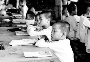 1969, Βιετνάμ.  Παιδιά από Βιετναμέζες μητέρες και Αμερικανούς -στρατιωτικούς- πατέρες, σε ορφανοτροφείο στο Μπιεν Χόα του Βιετνάμ.
