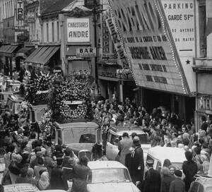 1975, Παρίσι.  Η νεκρώσιμη πομπή της Ζοζεφίν Μπέικερ περνάει μπροστά από το θέατρο Μπομπινό, όπου η ίδια έδωσε την τελευταία της παράσταση λίγο πριν πεθάνει, στα 69 της χρόνια.