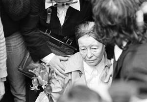 1980, Παρίσι.  Η Σιμόν ντε Μποβουάρ, σύντροφος του Γάλλου φιλοσόφου και συγγραφέα Ζαν Πολ Σαρτρ, τον αποχαιρετά. Ο Σαρτρ πέθανε σε ηλικία 74 ετών και, σύμφωνα με την τελευταία του επιθυμία, θα αποτεφρωθεί και οι στάχτες του θα καταλήξουν στο κοιμητήριο τ