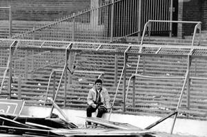 1989, Σέφιλντ.  Το γήπεδο ποδοσφαίρου του Χίλσμπορο είναι κατεστραμμένο μετά τα επεισόδια ανάμεσα σε οπαδούς της Λίβερπουλ και της Νότιγχαμ Φόρεστ, που κόστισαν τη ζωή σε 96 ανθρώπους και στα οποία τραυματίστηκαν περισσότεροι από 200.