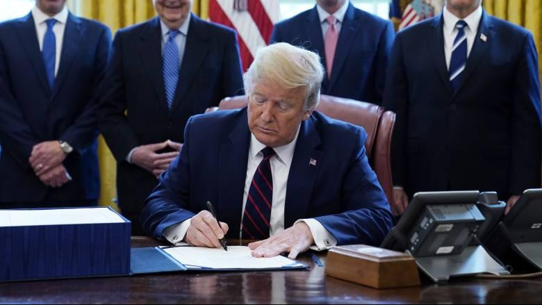 Κορωνοϊός: Το όνομα του Τραμπ πάνω στις επιταγές των Αμερικανών για την οικονομική τους ενίσχυση