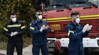 Κορωνοϊός: Πυροσβέστες χειροκροτούν γιατρούς και νοσηλευτές του «Σωτηρία»