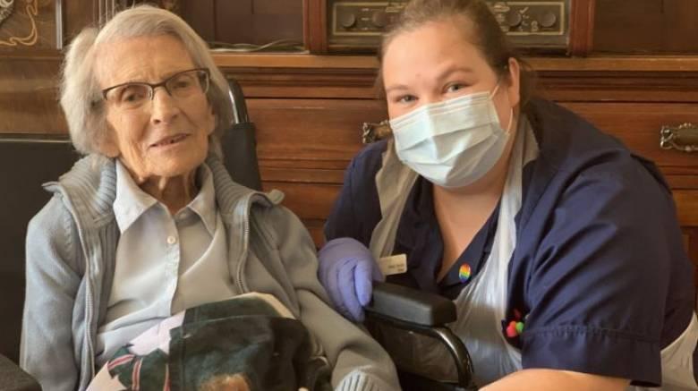 Μια Βρετανίδα 106 ετών νίκησε τον νέο κορωνοϊό - Η πιο ηλικιωμένη ασθενής στη χώρα
