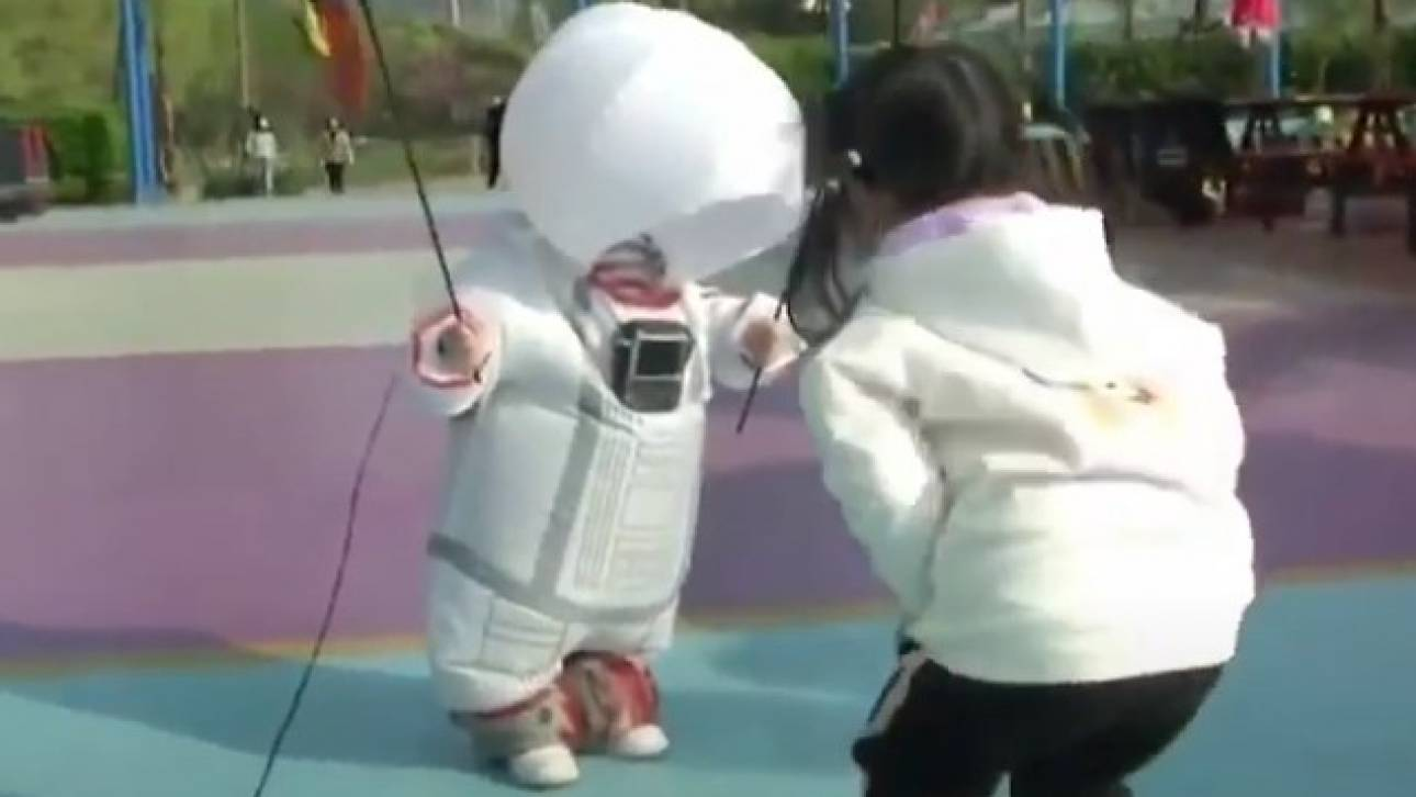 Κορωνοϊός: Πατέρας στην Κίνα έφτιαξε προστατευτική στολή «αστροναύτη» για το γιο του