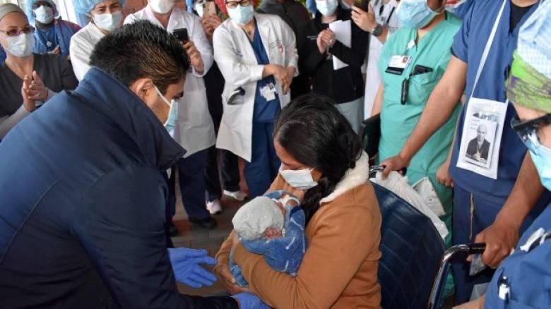 Συγκινητικό: Μητέρα, ασθενής κορωνοϊού, βλέπει για πρώτη φορά το νεογέννητο παιδί της