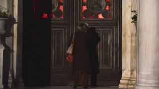 Κορωνοϊός: Παπάς έκλεινε... ραντεβού με SMS για να κοινωνήσει πιστούς