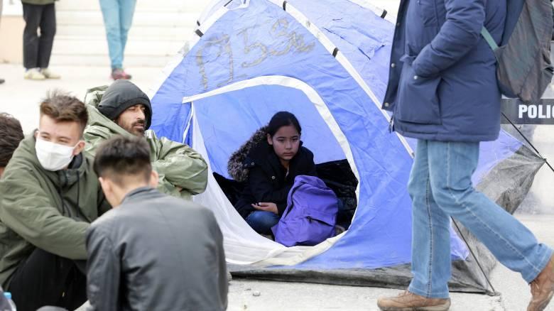 Κορωνοϊός: Μεταφέρονται στην ενδοχώρα από τα νησιά 2.380 ευάλωτοι αιτούντες άσυλο