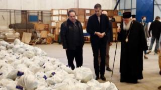 Πακέτα τροφίμων σε χιλιάδες οικογένειες από τον Δήμο Αθηναίων και την Αρχιεπισκοπή Αθηνών