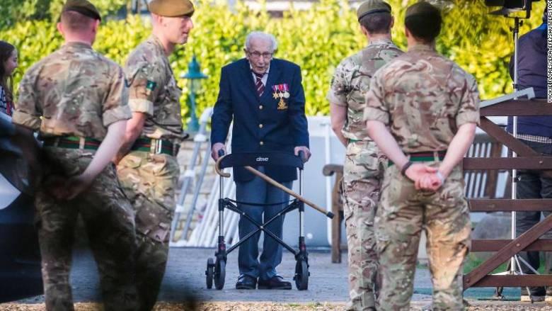 Παράδειγμα στα 99 του: Βρετανός συγκέντρωσε 12 εκατ. λίρες για τη μάχη κατά του κορωνοϊού