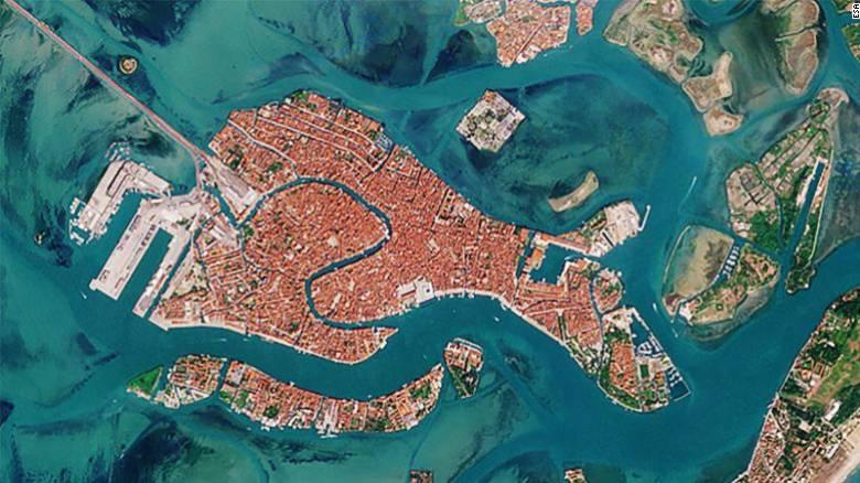 Μία... άλλη Βενετία: Εικόνες από το διάστημα δείχνουν τα κανάλια πριν και μετά την πανδημία