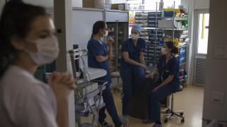 Κορωνοϊός: Συνεχίζεται η μείωση του αριθμού των νεκρών για τρίτη μέρα στη Γαλλία