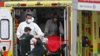Κορωνοϊός - Βρετανία: Χωρίς προστατευτικές στολές γιατροί και νοσηλευτές λόγω ελλείψεων