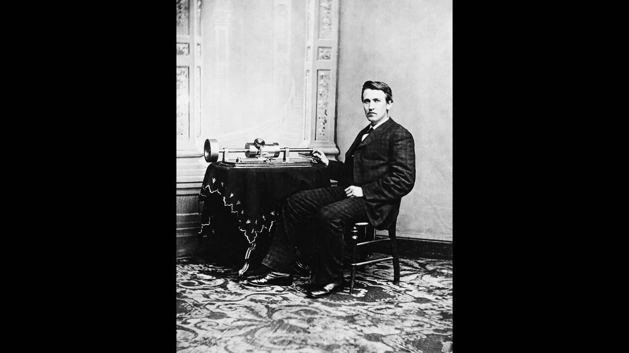 1878, Ουάσινγκτον.  Ο Τόμας Έντισον είναι προσκεκλημένος στο Λευκό Οίκο για να κάνει στον Πρόεδρο των ΗΠΑ μια επίδειξη του πρώτου φωνογράφου τον οποίο ο ίδιος εφηύρε.