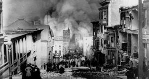 1906, Σαν Φρανσίσκο.  Πυκνοί καπνοί φαίνονται στο βάθος, καθώς κτήρια καταρρέουν και ξεσπούν φωτιές, μετά τον μεγάλο σεισμό που χτύπησε την πόλη.