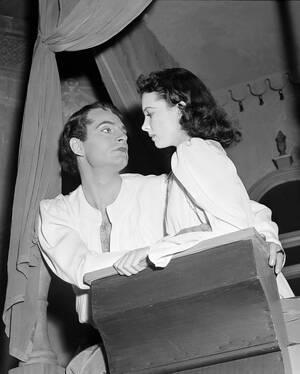 """1940, Σαν Φρανσίσκο.  Ο Λόρενσς Ολιβιέ και η Βίβιαν Λι, στους ομώνυμους ρόλους στο έργο του Σέξπιρ """"Ρωμαίος και Ιουλιέτα"""", στο θέατρο Geary."""