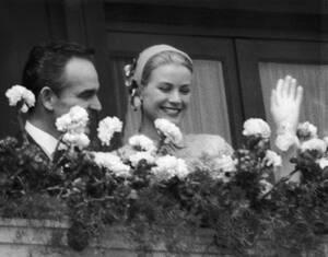 1956, Μονακό.  Η Γκρέις Κέλι και ο πρίγκιπας Ρενιέ ο Γ', χαιρετούν από το παλάτι, μετά τον πολιτικό τους γάμο.