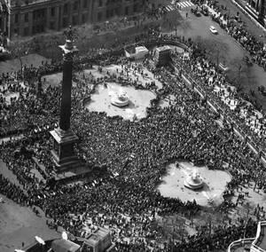 1960, Λονδίνο.  Περισσότεροι από 70.000 άνθρωποι συγκεντρώθηκαν στην πλατεία Τραφάλγκαρ για να διαδηλώσουν ενάντια στην εξάπλωση των πυρηνικών όπλων.
