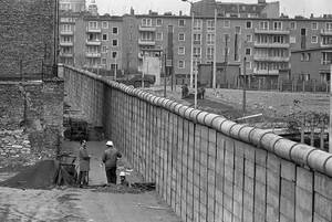 1967, Βερολίνο.  Δυτικογερμανοί εργάτες στον τοίχο που πλέον χωρίζει στα δύο την πόλη.
