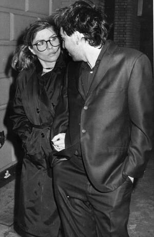 1981, Νέα Υόρκη.  Η Ντέμπι Χάρι και ο συντροφός της και κιθαρίστας του συγκροτήματος Blondie, φτάνουν στο θέατρο Majestic.
