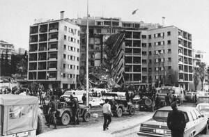 1983, Βυρητός.  Γενική άποψη της Αμερικανικής Πρεσβείας, μετά από μια καταστροφική έκρηξη βόμβας που προκάλεσε την ολική κατάρρευση της πρόσοψης του κτηρίου.