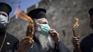 Άγιο Φως: Άναψε στον Πανάγιο Τάφο παρουσία λίγων ιερέων με μάσκες
