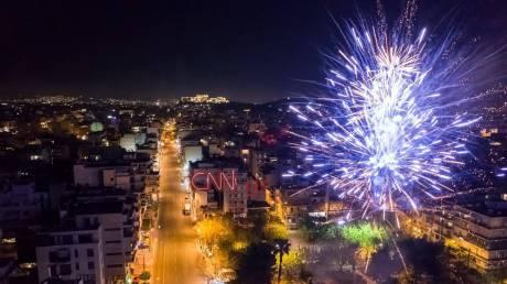Πάσχα... σαν πρωτοχρονιά: Εντυπωσιακά πυροτεχνήματα φώτισαν τον αττικό ουρανό