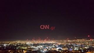 Εντυπωσιακά πλάνα: Τα πυροτεχνήματα φώτισαν τον αττικό ουρανό