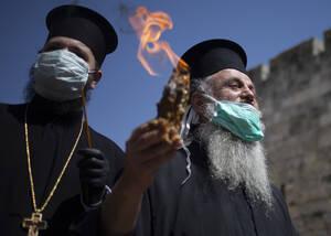 Το Άγιο Φως στα χέρια Ορθοδόξων ιερέων στην έρημη Παλιά Πόλη της Ιερουσαλήμ