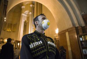 Θρησκευτική κατάνυξη αλλά με μάσκες λόγω κορωνοϊού για τους Χριστιανούς της Γεωργίας