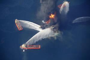 2010, Κόλπος του Μεξικού.  Η πλατφόρμα εξόρυξης πετρελαίου Deepwater Horizon στις φλόγες, μετά το ατύχημα που συνέβη σε αυτήν. Η έκρηξη προκάλεσε μια από τις μεγαλύτερες οικολογικές καταστροφές στην ιστορία.
