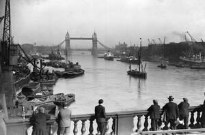 1929, Λονδίνο Άποψη του ποταμού Τάμεση όπως φαίνεται από τη Γέφυρα του Λονδίνου.