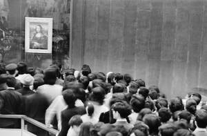 """1974, Τόκιο. Η """"Μόνα Λίζα"""" του Λεονάρντο Ντα Βίντσι ταξιδεύει στην Ιαπωνία, και χιλιάδες Ιάπωνες σπεύδουν να τη θαυμάσουν για πρώτη φορά από κοντά."""