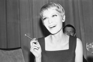 1967, Βερολίνο.  Η ηθοποιός Μία Φάροου, σύζυγος του Φρανκ Σινάτρα, καπνίζει ένα πούρο κατά τη διάρκεια συνέντευξης Τύπου στο Βερολίνο.