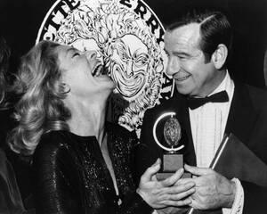 """1970, Νέα Υόρκη.  Η Λορίν Μπακόλ, που μόλις έχει κερδίσει το θεατρικό βραβείο """"Τόνι"""", με τον Ουόλτερ Ματάου."""