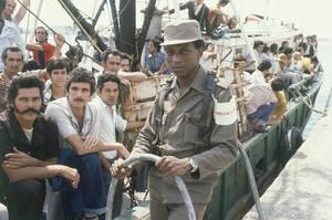 1980, Κούβα. Κουβανοί που θέλουν να φύγουν για τις ΗΠΑ, περιμένουν να αποπλεύσει το πλοιάριο που θα τους πάει εκεί. Ο Φιντέλ Κάστρο ανακοίνωσε ότι όποιος Κουβανός θέλει να φύγει, είναι ελεύθερος να το κάνει.