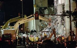1995, Οκλαχόμα. Σωστικά συνεργεία αναζητούν επιζώντες μετά την έκρηξη που διέλυσε το κυβερνητικό κτήριο Alfred P. Murrah στην Οκλαχόμα. Η βόμβα βρισκόταν σε ένα ατυτοκίνητο παρκαρισμένο ακριβώς έξω από το κτήριο.
