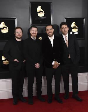 Το συγκρότημα Fall Out Boy  δώρισε 100 χιλιάδες δολάρια στην πόλη τους, το Σικάγο, για την αντιμετώπιση του φονικού ιού.